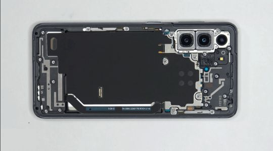 Peek Inside The Brand New Samsung Galaxy S21: Video