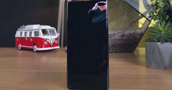 This app collects wallpapers designed to hide Samsung Galaxy S10's camera