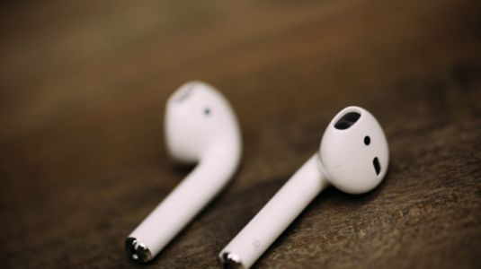 Apple said to debut voice-activated Siri AirPods in 2018, water-resistant model in 2019