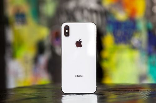 Apple's iPhone XS battery case actually works with the iPhone X